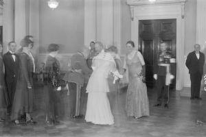 presidentti Relanderia kättelee Theodor Schauman ja rouva Relanderia Alma Schauman, takana vasemmalla Heikki Kekoni ja oikealla Börje Söderström. 6.12.1930