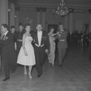 Itsenäisyyspäivän vastaanotto Linnassa. Tanssivia pareja, mukana mm. adjutantti Urpo Levo.