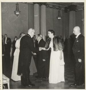Sylvi Kyllikki Kilpi ja Eino Kilpi saapuvat itsenäisyyspäivän juhliin Presidentinlinnaan 1949