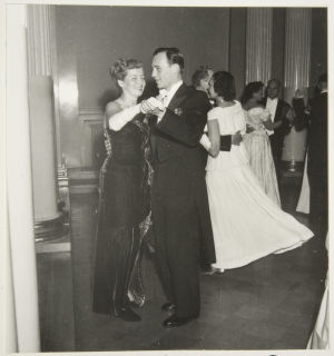 Näyttelijäpariskunta Ritva Arvelo ja Matti Oravisto itsenäisyyspäivän juhlissa Presidentinlinnassa 1949.