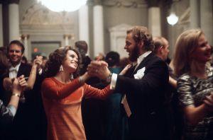 Muotoilija Timo Sarpaneva tanssii itsenäisyyspäivän vastaanotolla Presidentinlinnassa 1972.
