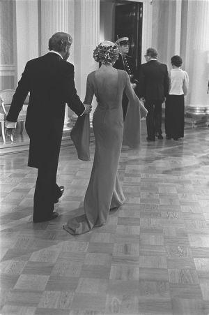 Suomen itsenäisyyden 60-vuotisjuhlat. Itsenäisyyspäivän vastaanotto Presidentinlinnassa vuonna 1977. Marjatta Svennevig ja Timo Sarpaneva.