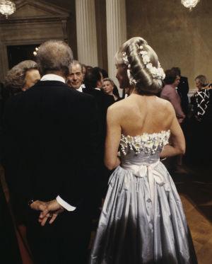 Itsenäisyyspäivän vastaanotto vuonna 1984. Muotoilija Timo Sarpaneva ja hänen puolisonsa Marjatta Svennevig (selin).