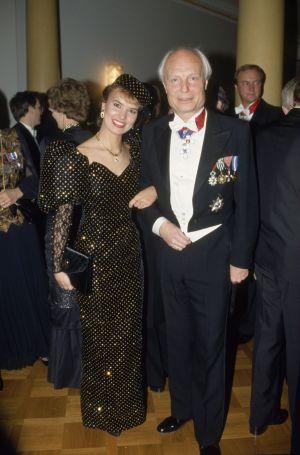 Arja Koriseva Carl Öhmanin kanssa linnan juhlissa itsenäisyyspäivän vastaanotolla 6.12.1990.