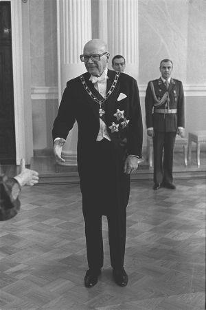 Urho Kekkonen kättelemässä vierasta itsenäisyyspäivän vastaanotolla 1977.