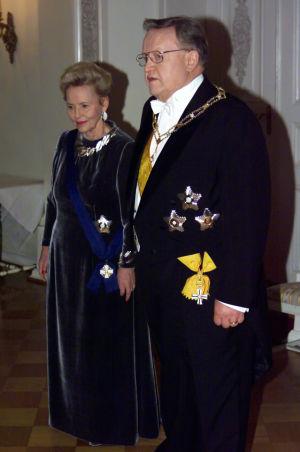 Eeva ja Martti Ahtisaari Linnan juhlissa vuonna 1999.