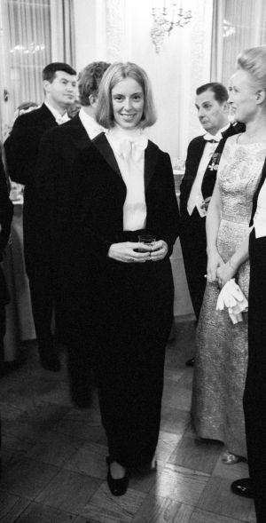 Suomalainen näyttelijä Birgitta Ulfsson frakissa Linnan juhlissa 6. joulukuuta 1968.