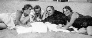 Heino Kaski ystävineen Terijoen hiekalla joskus 1920-30 -luvulla.