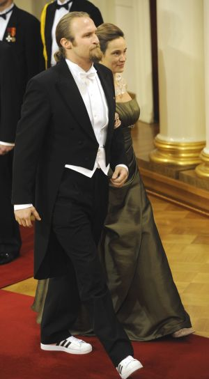 Muusikko Paleface eli Karri Miettinen ja Isabella Siren itsenäisyyspäivän vastaanotolla Presidentinlinnassa 2010.