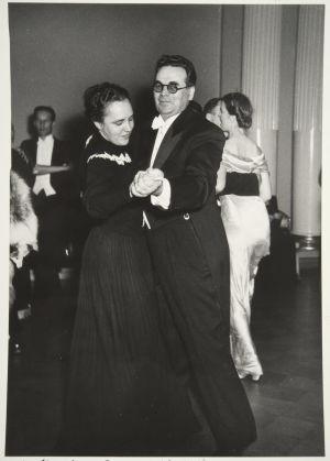 Hertta Kuusinen ja Yrjö Leino tanssin pyörteissä Itsenäisyyspäivän juhlissa Presidentinlinnassa 1947.