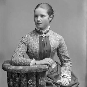 Nuori rouva Alli Hannikainen 1880-luvun lopulla.