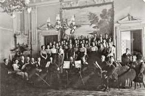 P.J. Hannikainen johtaa kuoroa ja orkesteria Jyväskylässä 1912.