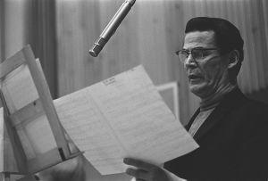 Mauno Kuusisto laulaa levytysstudiossa, kuva 1960-luvulta.