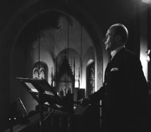 Baritoni Matti Lehtinen esiintyy Joulun säveliä -ohjelmassa 1967.