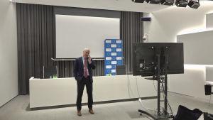 Den estniske diplomaten Mart Luik talar i telefon inne i det estniska utrikesministeriums tomma pressrum.
