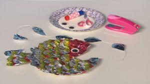 Askartelutarvikkeet kalakoristetta varten ja valmis koriste