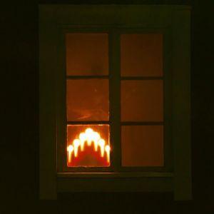 En adventsljusstake i ett fönster
