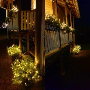 Julbelysning på en terrass i mörkret
