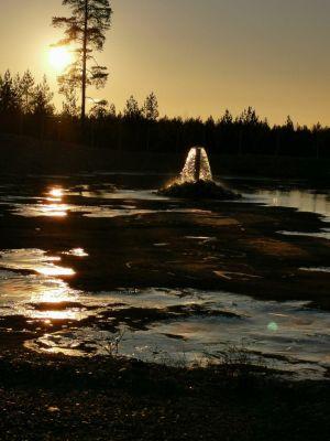 Ljus speglas på vatten i mörkret