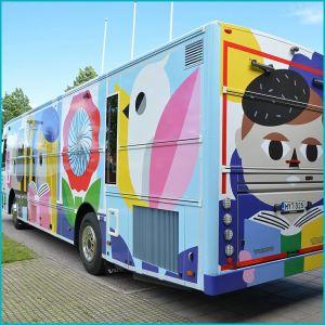 En färgglad buss