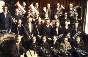 Petroskoin suktitehtaan torvisoittokunta ja johtaja Emil Ranta 1930-luvulla.