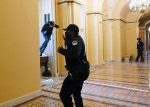 Poliisi sumutti pipurikaasua kongressitaloon tunkeutuneutta protestoijaa päin.