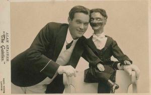 Kuva postikortista, jossa vatsastapuhuja Alan Stainer nukkensa kanssa.