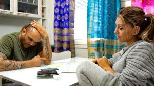 Nirmal Singh ja Prithi Sandhu istuvat pöydän ääressä