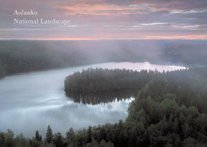 Postikorttikuva Aulangon Lusikkaniemestä yläviistosta otettuna auringonlaskun aikaan.