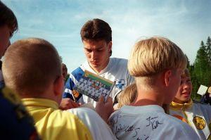 """Yleisradion televisio-ohjelma """"Sportmagasinet"""" 1997. Jalkapalloilija Jari Litmanen kirjoittaa nimikirjoituksia faneille."""