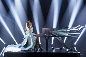 Ilta erikoisvalmisteisen valkoisen pianon äärellä lavalla valkoisessa glittermekossa.
