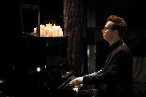Janne Rintala soittaa mustiin pukeutuneena mustaa pianoa jonka päällä on kynttilöitä. Hän soittaa kappaletta Dannyn UMK-esiintymisessä.