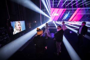 Ilta katsoo UMK-tuotantotiimin jäsenten kanssa UMK-esitystään screeniltä.