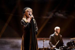 Haloo Helsinki esittää biisinsä  Lady Domina UMK21-lavalla.