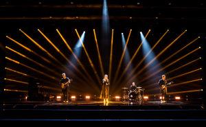 Haloo Helsinki esittää biisinsä  Lady Domina UMK21-lavalla. Koko bändi on laajassa kuvassa lavalla.