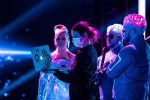 Koreografi Reija Wäre ohjeistaa Pandoraa ja Teflon Brothersia.