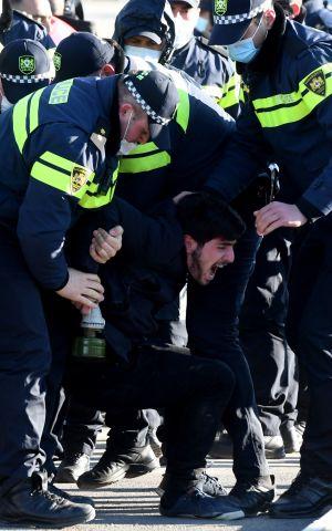 Polisen i Georgien griper oppositionsanhängare 23.2.2021