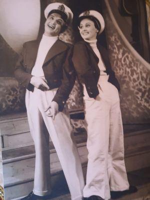 Näyttelijät Leo Lähteenmäki ja Hilkka Kinnunen operetissa Sinitakit vuonna 1952.