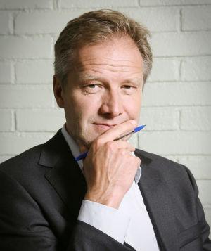 Tapani Riihimäki (Taneli Mäkelä) Ihmisten puolueen johdossa vuonna 2009.