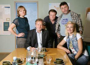 Ihmisten puolue vuonna 2009. Vasemmalta Regina Mälkki (Kaija Pakarinen), Tapani Riihimäki (Taneli Mäkelä), Topi-Petteri Saikkonen (Kari Hietalahti), Hannes Säkkijärvi (Asko Sahlman) ja Päivi Teittinen (Mari Perankoski).