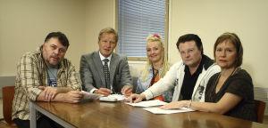 Ihmisten puolue vuonna 2008. Vasemmalta Hannes Säkkijärvi (Asko Sahlman), Tapani Riihimäki (Taneli Mäkelä), Päivi Teittinen (Mari Perankoski), Topi-Petteri Saikkonen (Kari Hietalahti) ja Regina Mälkki (Kaija Pakarinen).
