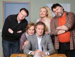 Ihmisten puolue vuonna 2009. Vasemmalta Topi-Petteri Saikkonen (Kari Hietalahti), Regina Mälkki (Kaija Pakarinen), Tapani Riihimäki (Taneli Mäkelä), Päivi Teittinen (Mari Perankoski) ja Hannes Säkkijärvi (Asko Sahlman).