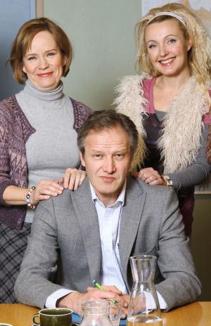 Ihmisten puolueen puheenjohtaja ja naisedustajat vuonna 2009. Vasemmalta Regina Mälkki (Kaija Pakarinen), Tapani Riihimäki (Taneli Mäkelä) ja Päivi Teittinen (Mari Perankoski).