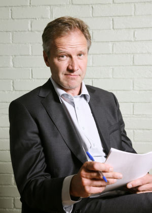 Ihmisten puolueen puheenjohtaja Tapani Riihimäki (Taneli Mäkelä) vuonna 2009.