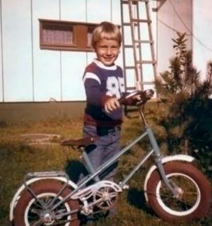 Jarkko Stenius lapsena uuden pyörän kanssa.