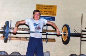 Jarkko Stenius nostaa painoja teini-ikäisenä.