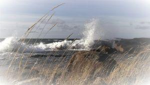 Meri, korkeat tyrskyt lyövät rantakiviin