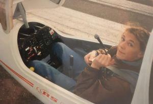 Teini-ikäinen poika istuu purjelentokoneen ohjaamossa.