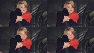 Kuvakollaasi lapsesta istumassa sohvalla
