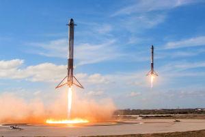 Två Falcon 9-raketer som landar.